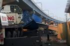 Xe container kéo sập cầu bộ hành ở cửa ngõ Sài Gòn