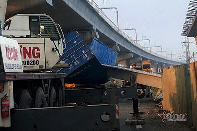 Kéo sập cầu bộ hành ở Sài Gòn, xe container bị dầm bê tông đè nghiến