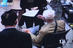 Cụ ông 90 tuổi nộp đơn xin việc ở hội chợ việc làm