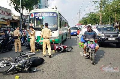 Xe buýt tông 8 xe máy trên phố Sài Gòn, người văng tứ tung