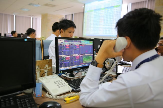 Foreigners offload VNM shares