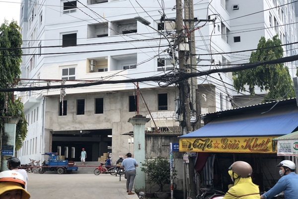 TP.HCM: Chung cư xây 10 năm nham nhở, dân vẫn liều mình vào ở