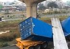 Cầu bộ hành bị xe container kéo sập, tính hạ nền đường cho đủ chiều cao