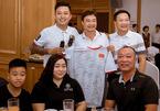 Tuấn Hưng đấu giá áo chữ ký cầu thủ ủng hộ vợ chồng VĐV khuyết tật Hồng Thức - Hồng Kiên