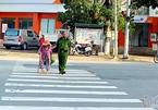 Đại úy công an dắt cụ bà qua đường