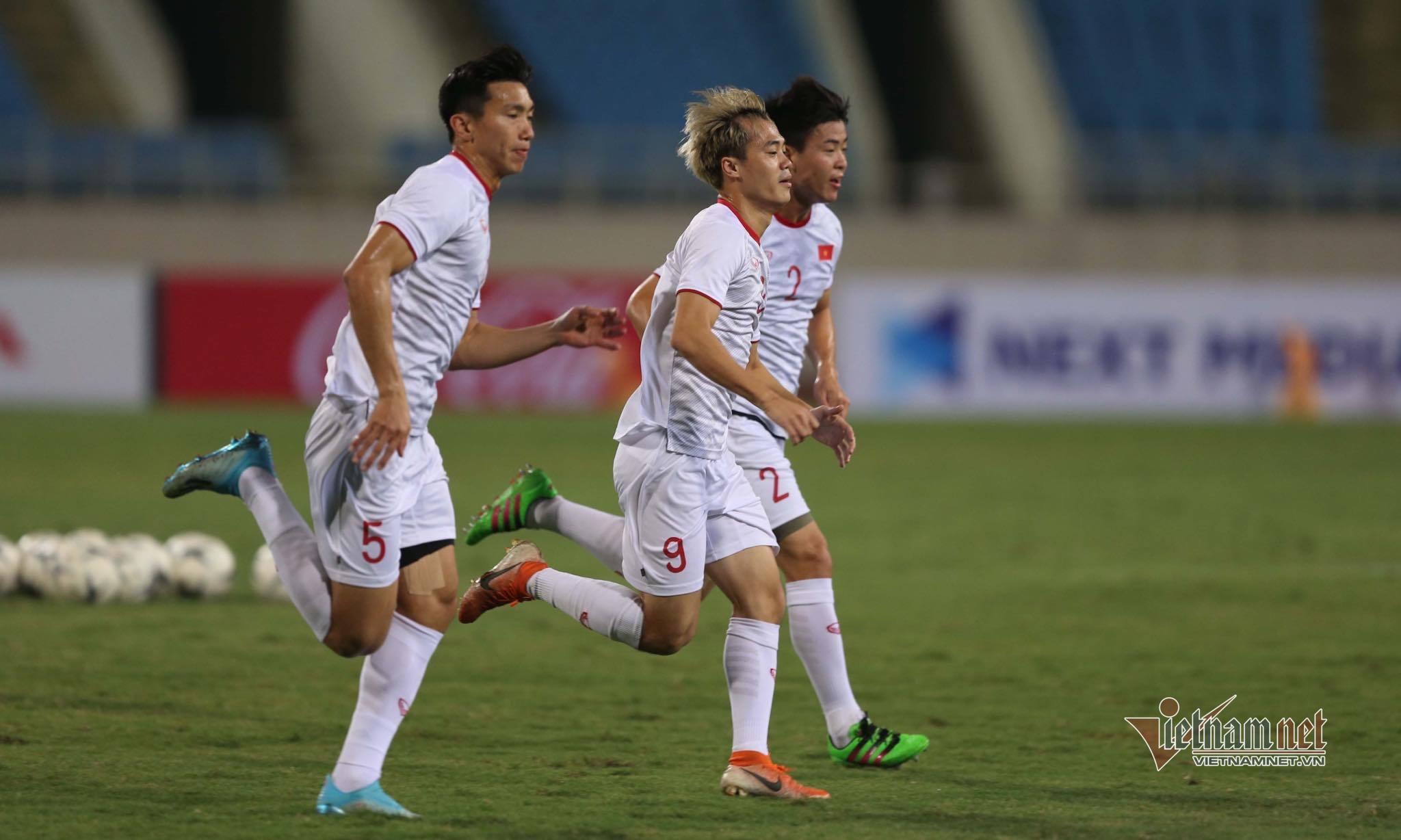 Công Phượng, Văn Hậu cười tươi rói, luyện 'tuyệt chiêu' chờ đấu UAE