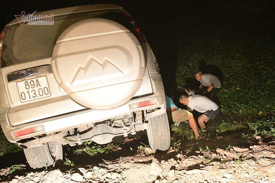 Đi theo biển chỉ dẫn, xe Ford Everest lao thẳng xuống ao ở Hà Nam