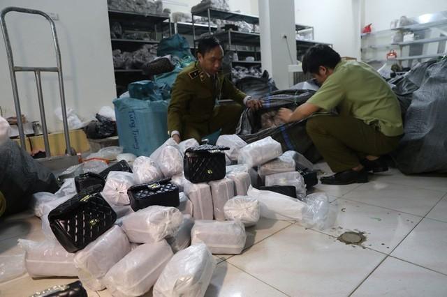 Phát hiện hơn 1.000 túi xách 'hàng hiệu' giá chỉ từ 40.000 đồng/chiếc ở Hà Nội