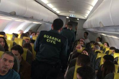Du khách trốn kỹ trong WC định 'đi ké' máy bay không trả tiền