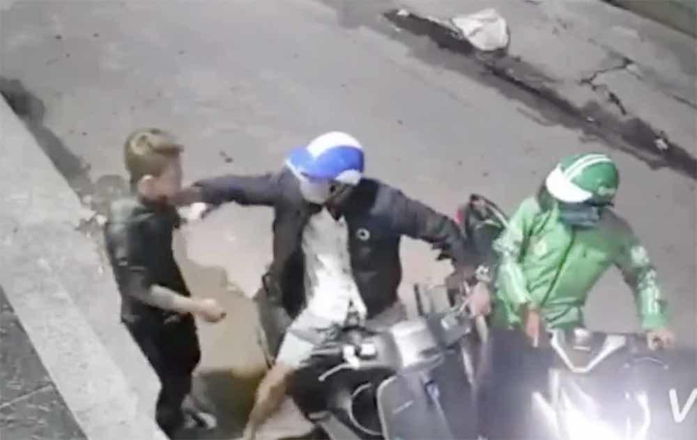 Clip 2 kẻ kề dao vào cổ thanh niên cướp xe máy táo tợn ở Sài Gòn