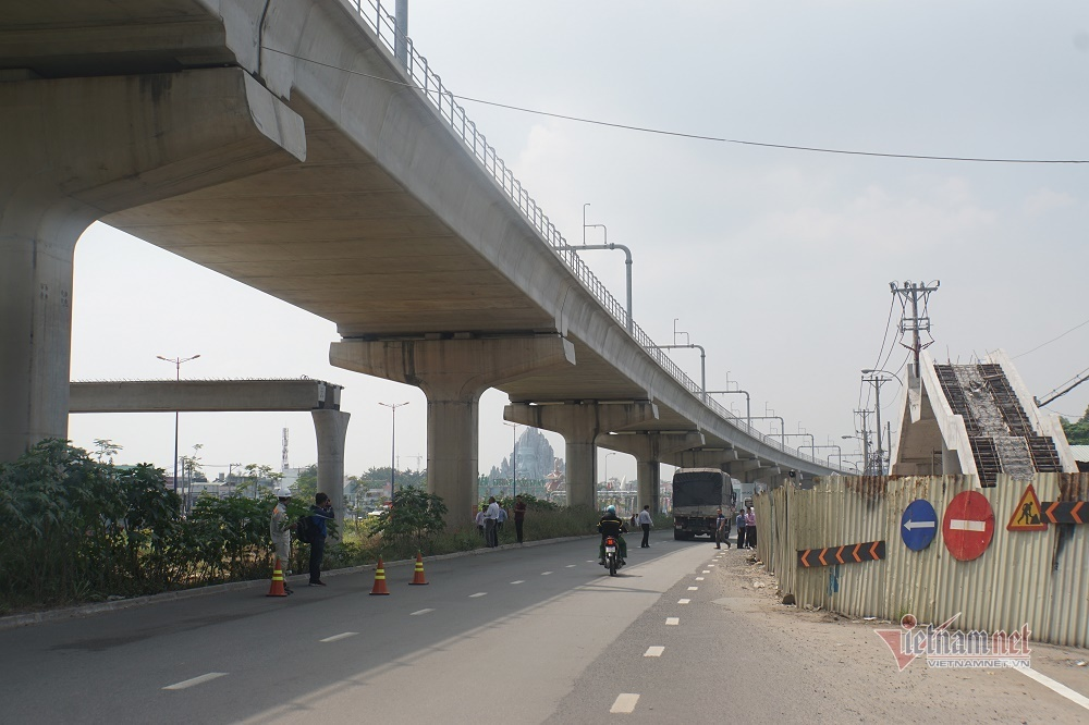 Tỉ mỉ đo cao độ cầu bộ hành bị xe container kéo sập ở Sài Gòn