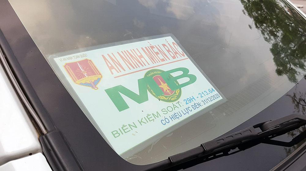 Ô tô dán chữ 'an ninh miền Bắc' lùi ngược chiều trên đường ở Cần Thơ