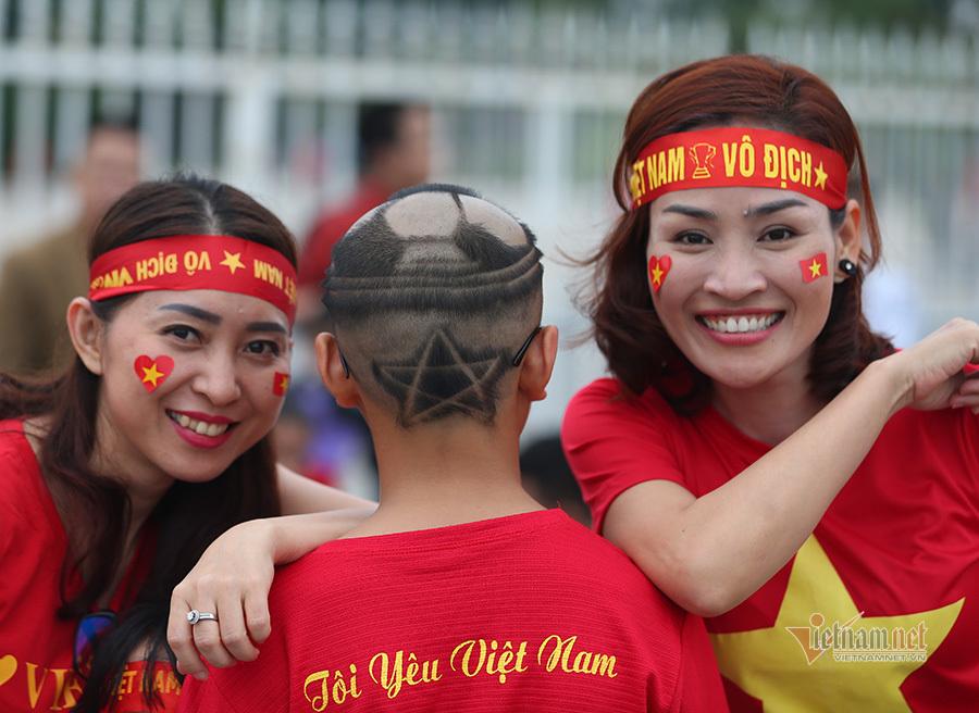 Fan nhí vượt nghìn km, để kiểu tóc độc đáo cổ vũ Quang Hải