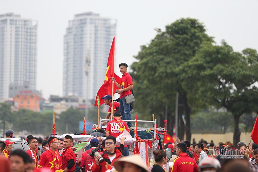 Hàng vạn CĐV đổ về Mỹ Đình, fan nữ khoe sắc tiếp lửa tuyển Việt Nam