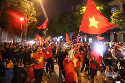 Việt Nam thắng UAE, người Hà Nội đổ ra đường nhảy múa tưng bừng