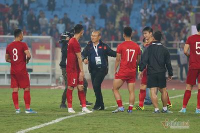 Hạ UAE, thầy Park và học trò sung sướng tri ân fan