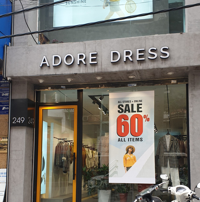 Cửa hàng thời trang đồng loạt giảm giá sâu, người tiêu dùng có thực sự hưởng lợi?