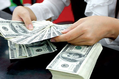 Giá USD tự do lao dốc