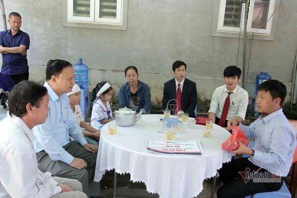 VietNamNet trao 190 triệu đến gia đình cô giáo Hà Tĩnh tử nạn