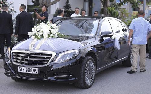 """""""Soi"""" Mercedes-Maybach S600 14 tỷ đồng của chồng ca sĩ Bảo Thy"""