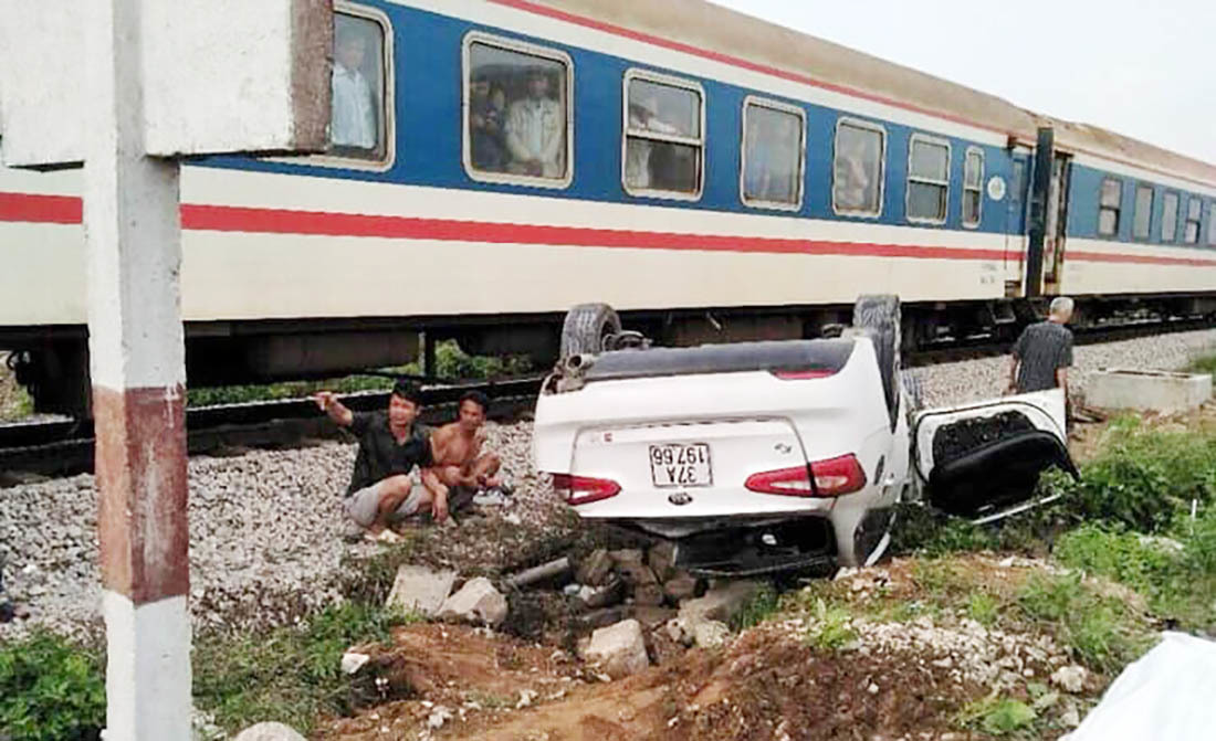 Tàu hỏa đâm văng ô tô 4 chỗ, nữ tài xế ở Nghệ An tử nạn
