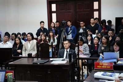 Nguồn cơn tòa đột ngột dừng xử Tuần Châu kiện Việt Tú, chưa biết ngày mở lại