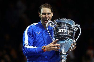 Nadal hụt vé bán kết ATP Finals trong ngày nhận ngôi số 1 thế giới