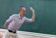 Thầy Lê Bá Khánh Trình múa phụ họa cho học trò hát 'Bụi phấn'