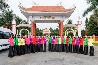 Top 30 Người đẹp Xứ Dừa thăm mẹ Việt Nam anh hùng trước thềm Chung kết