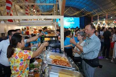Hàng ngàn người dự Liên hoan ẩm thực món ngon các nước