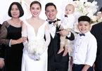 Giang Hồng Ngọc rạng rỡ bên chồng và hai con trai trong đám cưới