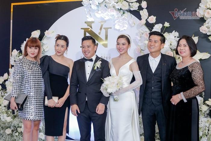 Vợ chồng Lưu Hương Giang - Hồ Hoài Anh quấn quýt dự đám cưới Giang Hồng Ngọc