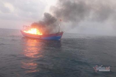 Tàu cá bốc cháy trên biển, 7 thuyền viên may mắn được cứu
