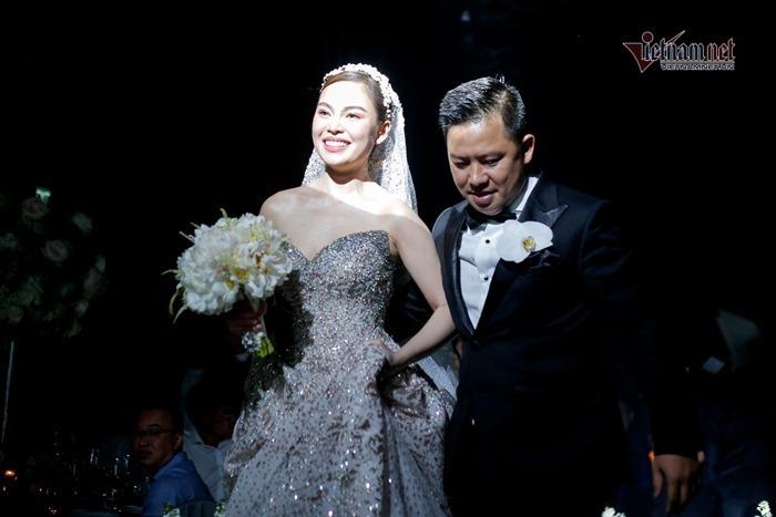 Giang Hồng Ngọc khóc và hôn chồng đắm say trong đám cưới