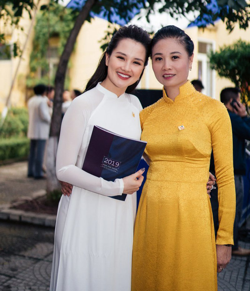 Hoa hậu Ngọc Hân, MC Huyền Châu rạng rỡ ngày về tri ân trường cũ
