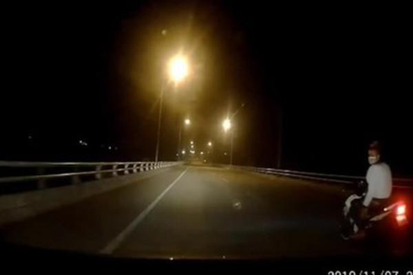 Thanh niên Hải Phòng chạy Exciter cầm kiếm trắng, ép ô tô vào lề đường