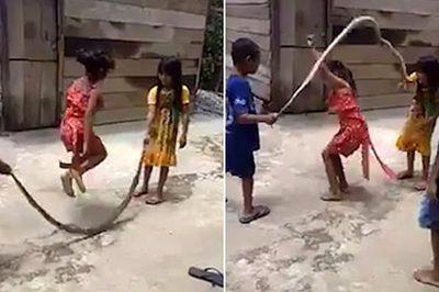 Báo Tây 'phát sốt' vì trẻ em Việt dùng rắn nhảy dây