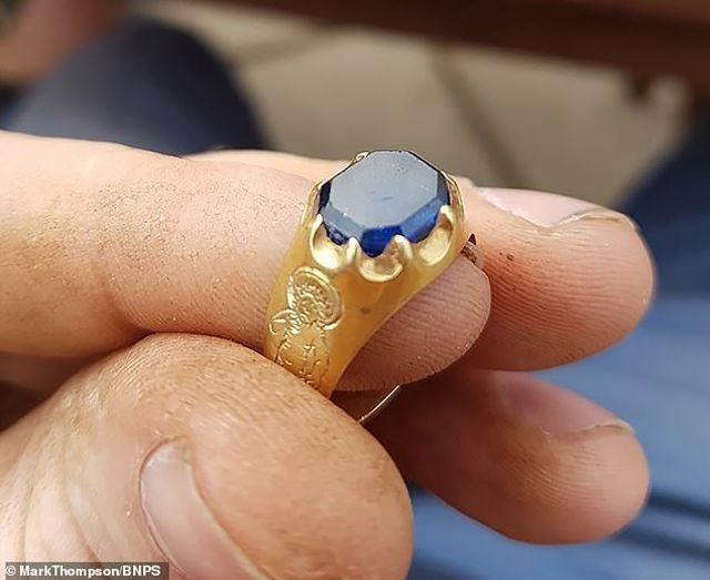 Đi chơi trong rừng, nhặt được chiếc nhẫn 1,5 tỷ