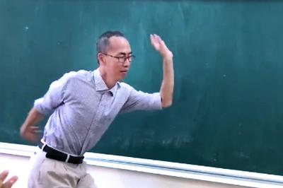"""Thầy Lê Bá Khánh Trình múa phụ họa cho học trò hát """"Bụi phấn"""""""