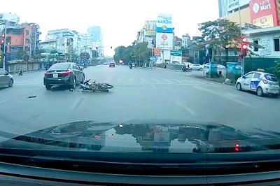 Dán mắt vào điện thoại, nam thanh niên tông thẳng ô tô dừng đèn đỏ