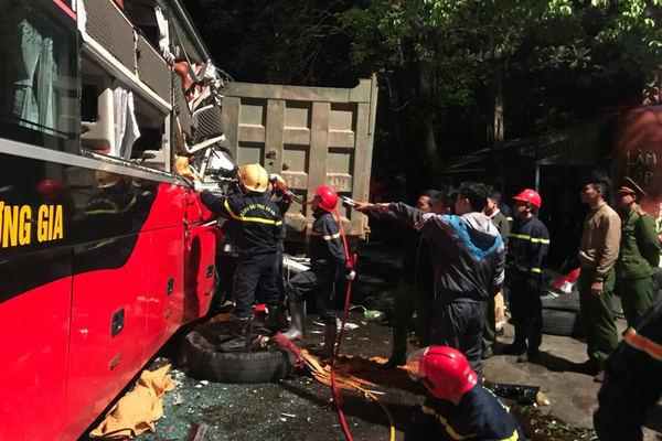 Xe khách đâm xe tải ở Thanh Hóa, tài xế cùng 3 khách mắc kẹt