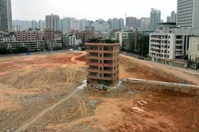 Những 'nhà đinh' chắn giữa đường ở Trung Quốc