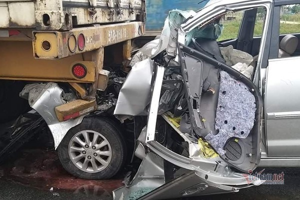 Ô tô dính chặt đuôi xe container, dân phá cửa cứu tài xế