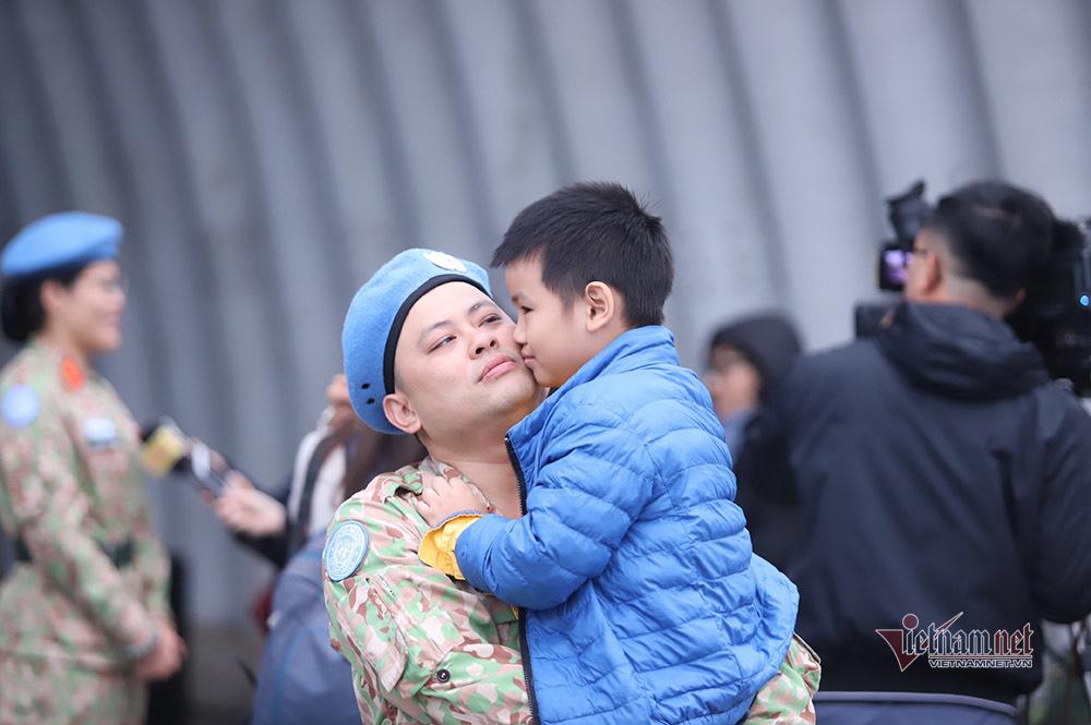 Nụ hôn tiễn lính mũ nồi xanh và lời chúc tuyển Việt Nam chiến thắng