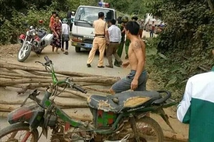 Dân vác cây chặn đường, vây CSGT đòi lại xe vi phạm