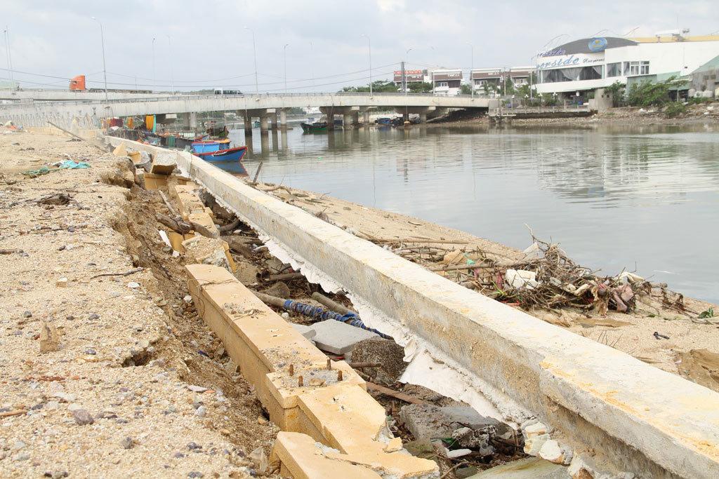 Kè sông gần 12 tỷ đồng 'rỗng ruột', đổ tuột xuống sông