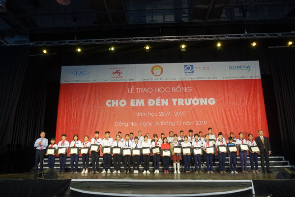 Trao 400 suất học bổng Cho em đến trường ở Đồng Nai