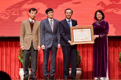 UB Nhà nước về người VN ở nước ngoài nhận huân chương Độc lập hạng nhất