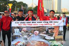 """Fan Việt """"đại náo"""" Mỹ Đình, muốn ăn lẩu Thái siêu cay"""