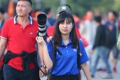 """Nữ phóng viên Thái Lan """"choáng ngợp"""" với không khí Mỹ Đình"""